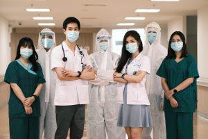 """ฟูจิฟิล์มร่วมกับโรงพยาบาลธรรมศาสตร์เฉลิมพระเกียรติ จัดทำโครงการ """"#FUJIFILM PhotoStorytelling ให้ภาพเล่าเรื่อง"""" เพื่อเป็นส่วนหนึ่งในการถ่ายทอดเรื่องราวการเสียสละอันยิ่งใหญ่ในการทำงานของทีมแพทย์ พยาบาล และบุคคลากรทางการแพทย์ ในช่วงวิฤกติการแพร่ระบาดของเชื้อไวรัสโควิด-19 ที่ผ่านมา"""