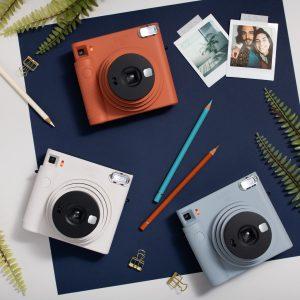 ฟูจิฟิล์มเขย่าวงการตลาดกล้อง instax เปิดตัวกล้อง instax SQUARE SQ1 รุ่นใหม่ล่าสุด มาพร้อมกับดีไซน์ใหม่ ฉีกความแตกต่างไปจากเดิม ภายใต้ Concept #โลกมุมใหม่ที่สัมผัสได้ เพิ่มฟังก์ชั่นใหม่ Automatic Exposure ให้ใช้งานง่ายมากขึ้น เจาะกลุ่มคนรุ่นใหม่ที่มีสไตล์ในแบบของตัวเอง หวังดันตลาดกล้อง instax 100,000 ตัว ในปีนี้